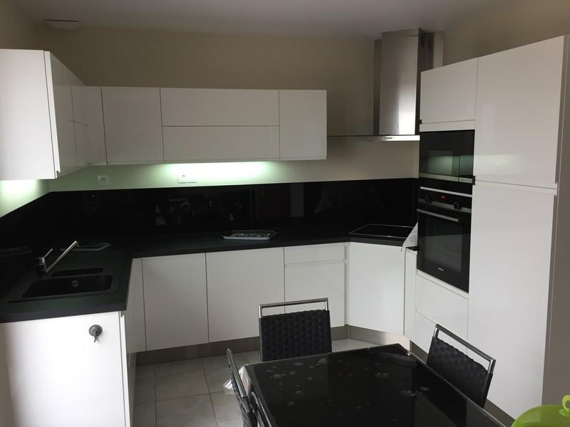 cuisine sans poign e laqu e blanche cuisine carrelage silmat. Black Bedroom Furniture Sets. Home Design Ideas